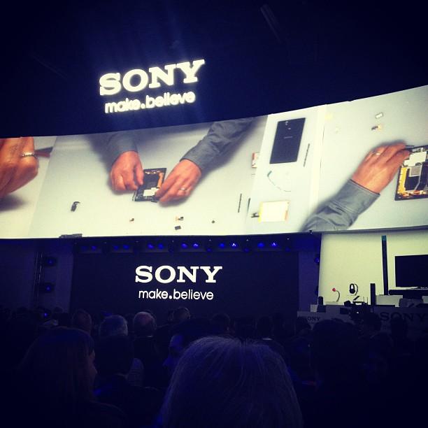 Sonyのプレスカンファレンス、あと五分で開演。会場の上部360度円形のスクリーンに、ハンディーカムを手で組み立てる映像が流れる。なんか素敵!