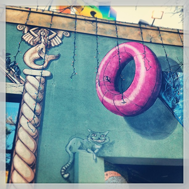 { #SXSW2013} 会場付近で一番賑わっている6th Streetにカラフルなアートがたくさん!^ x ^