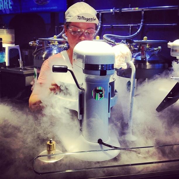 Making ice cream with nitrogen Nitrogenie