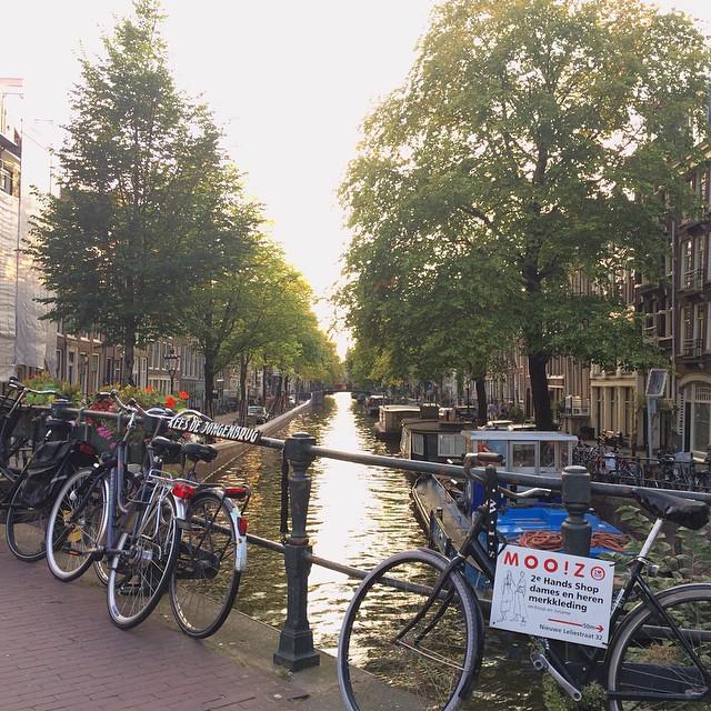 アムステルダムは自転車と運河の街